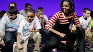 Michelle Obama tanzt in den 50. Geburtstag