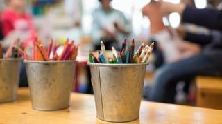 Im Kanton Obwalden bestimmen die Stimmbürger darüber, ob Betreuungsplätze für Kinder auf die Schulzeit ausgeweitet werden sollen. Die SVP lehnt diese Ausweitung ab und hat das Referendum ergriffen. In einer zweiten Vorlage stimmen die Obwaldner über höhere Entschädigungen für Behörden ab.