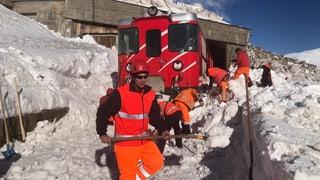 Zug fährt am Oberalppass in Schneerutsch (Artikel enthält Audio)