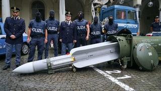 Polizei findet Kriegswaffen bei Rechtsradikalen