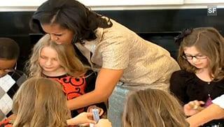 Michelle Obama bastelt Weihnachtsschmuck