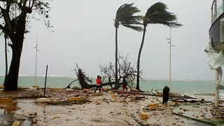 Hurrikan «Maria» hat auf seinem Zug die Insel Dominica verwüstet. In Guadeloupe forderte er ein erstes Todesopfer.