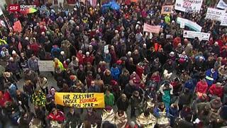 Menschenmenge empfängt Politiker vor dem Berner Rathaus
