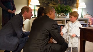 Im Bademantel: Prinz George trifft Barack Obama