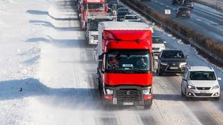 Starker Schneefall bringt Chaos auf der A1 in der Romandie