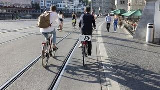 Gummifüllung in Tramgleisen soll Velofahren sicherer machen
