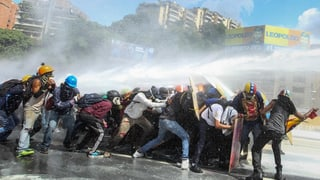Oppositionsführer Henrique Capriles wird bei einer Demonstration verletzt, Präsident Maduro droht seinen Gegnern.