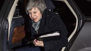 Die Premierministerin darf weitermachen - die Ohnmacht bleibt (Artikel enthält Video)
