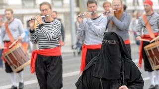 Damain persunas vulan scumandar la burka