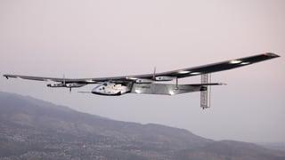 Solar Impulse 2 en curt puspè en l'aria