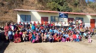 4 Tuatschins reconstrueschan ina scola en Nepal