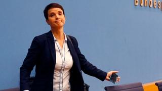 AfD-Parteivorsitzende Frauke Petry brüskiert ihre Partei. Sie verzichte auf die Fraktionsmitgliedschaft, sagt sie. Daraufhin verlässt sie die Bühne.