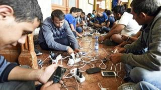 Flüchtlinge umgehen durch Smartphones den Weg mit Schleppern