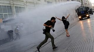 Türkische Polizei packt Demonstranten hart an