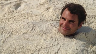 Roger Federer im Sand verbuddelt