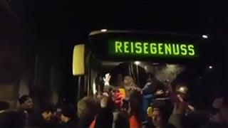 Mob bedroht Flüchtlinge vor Asylunterkunft