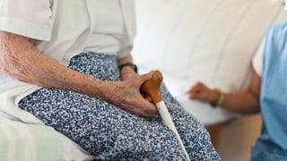 Ältere Menschen müssen sich im Wallis an Pflegekosten beteiligen