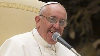 Papst Franziskus betet und twittert