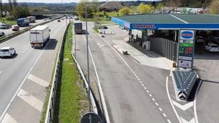 Auf Autobahnraststätten in der Schweiz darf kein Alkohol verkauft werden. Das will die Kommission des Nationalrats ändern.