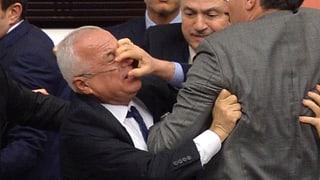 Wenn türkische Abgeordnete mit Fäusten argumentieren