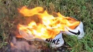 US-Bürger verbrennen Nike-Artikel
