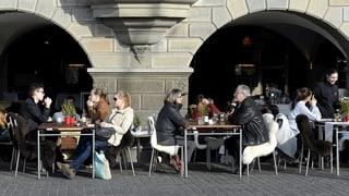 Mehr Ausländer verlassen die Schweiz wieder