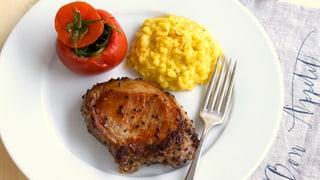 Genuss-Schweins-Steak, Safran-Risotto, gefüllte Tomate
