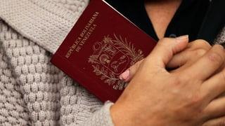 Wer einen Pass will, muss tagelang Schlange stehen