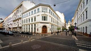 Orban wollte über das neue Hochschulgesetz die private Elite-Uni CEU loswerden. Gegründet wurde sie von Soros, der sie auch finanziert.