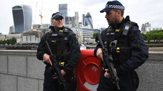Britische Sicherheitskräfte haben weitere Verdächtige im Zusammenhang mit den Anschlägen festgenommen. Eine Person habe sich selber gestellt.
