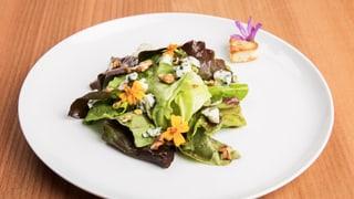 Salat mit Bleuchâtel aus der Region