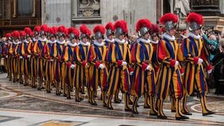 Trais Grischuns cumenzan tar ils gardists papals