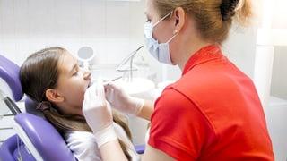 Tochter soll Zahnarztrechnung für säumigen Vater zahlen (Artikel enthält Audio)