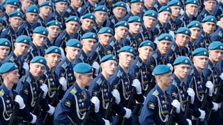 Putins Siegesfeier: Waffenschau vor leeren Logen