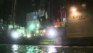 Greenpeace-Aktivisten ketten Bohrinsel an