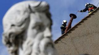 Arbeiter montieren Rauchfang auf die Sixtinische Kapelle