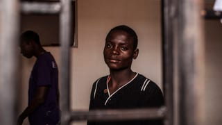 Gegenüber SRF News berichtet eine Mitarbeiterin von Médécins sans Frontières von katastrophalen Zuständen in den Gefangenenlagern.