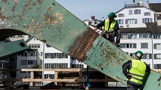 Grün und rostig: Der Hafenkran nimmt Gestalt an