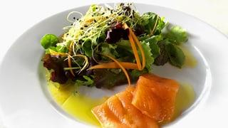 Salatbouquet mit lauwarmem Seesaibling