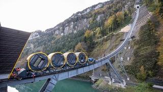 Der erste Wagen der Stoosbahn steht in der Schiene