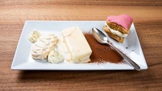 Röteliparfait mit Meringues und Crèmeschnittenherz