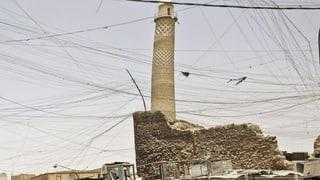 In der umkämpften Stadt Mossul liegen die Al-Nuri-Moschee und ihr bekanntes schiefes Minarett in Trümmern.