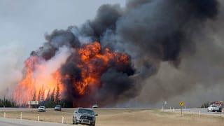 Flammenmeer bedroht Ölförderanlage