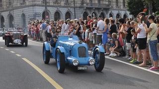 Brummende Fahrzeugparade zu Ehren von Jean Tinguely