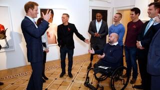 Prinz Harry trifft auf vom Krieg gezeichnete Models