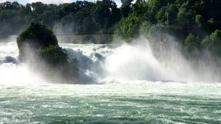 Schauen Sie hier, wie spektakulär sich die Wassermassen nach tagelangem Dauerregen den Rheinfall runterstürzen.