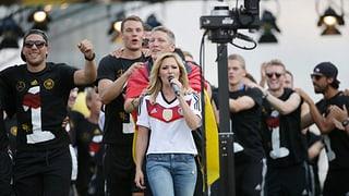 Empfang in Berlin: Helene Fischer singt für die deutsche Elf