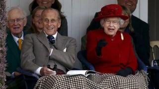 Fröhlich und frierend: Queen Elizabeth besucht Schotten-Spektakel