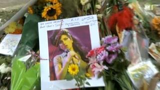 Familie und Promis am Grab von Amy Winehouse