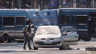 Auto rammt auf Champs-Elysées Polizeiwagen